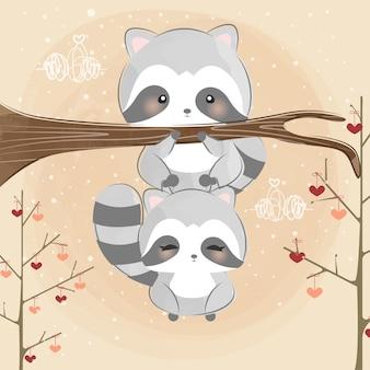 Милые маленькие еноты взбираются на дерево