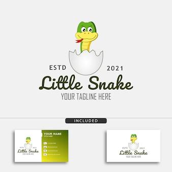 계란 벡터 삽화에서 부화한 작은 뱀이 있는 귀여운 작은 뱀 로고 디자인 컨셉