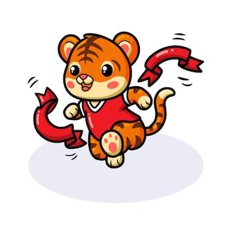 Милый маленький мультяшный тигр побеждает, пересекая финишную черту