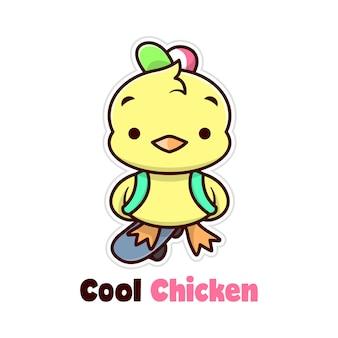 スケートボードに立っているかわいい小さな黄色い鶏