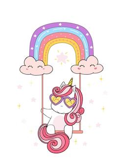 Милый волшебный розовый малыш-единорог в очках-сердечках, сидящий на радужных качелях, сказочная сказочная иллюстрация каракули, стиль детской