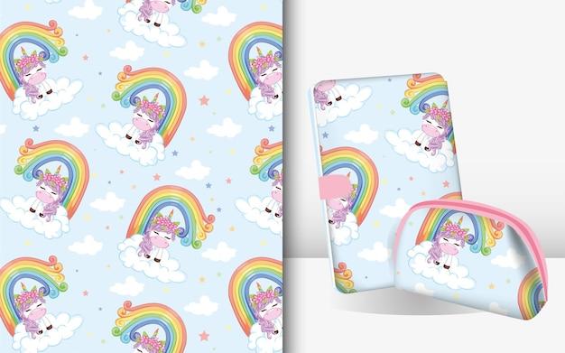 空に虹のかわいい魔法のユニコーン。モックアップブックとポーチのパターン。