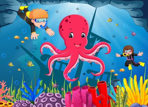 Милый осьминог под морем с мальчиком и девочкой