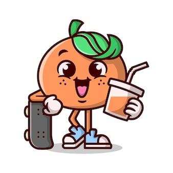 Милый оранжевый мультфильный маскот стоит со своим скейтбордом и держет чашку апельсинового сока.