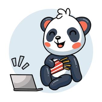 Мультфильм милый панда смеется на ноутбуке с французским жареным
