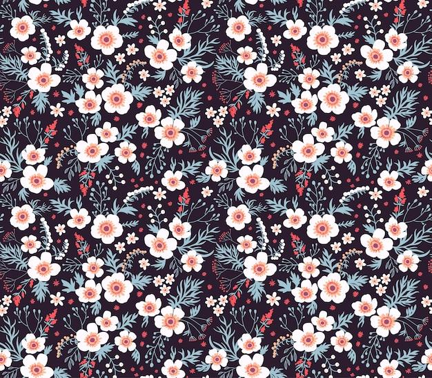 小さな花のかわいいパターン。小さな白い花。黒の背景。シームレスな花柄。