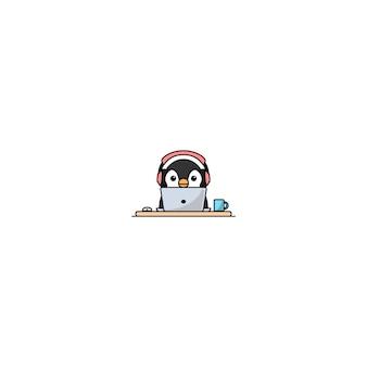 Милый пингвин с наушниками работает на ноутбуке