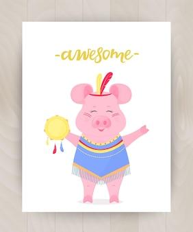 머리에 깃털이 있고 탬버린이 달린 인디언 양복을 입은 귀여운 돼지. 재미있는 새끼 돼지. 손글씨 대박. 나무 배경에 어린이를 위한 인사말 카드
