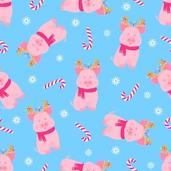 スカーフに座って、花輪と鹿の角を持つかわいい豚。面白い貯金箱。新年のクリスマスキャンディーシームレスパターン