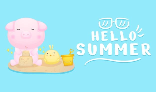 Милый поросенок и цыплята играют в песок с летним поздравительным баннером