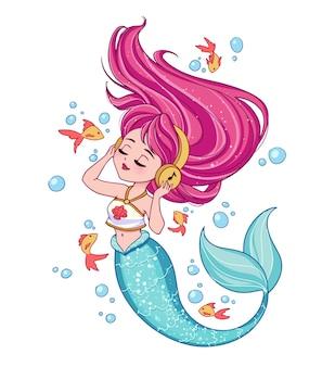 티셔츠를 입은 귀여운 분홍색 머리 인어가 음악을 듣습니다.