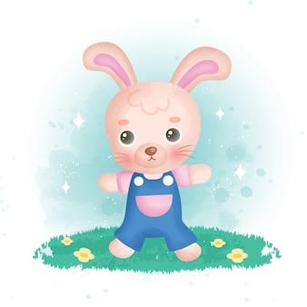 Милый кролик в саду.