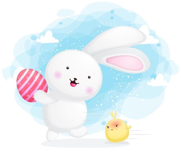 Милый кролик с сердитыми цыплятами, держащими мультяшное пасхальное яйцо