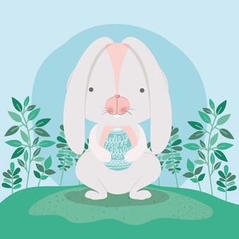 塗られた卵と庭の花とかわいいウサギ
