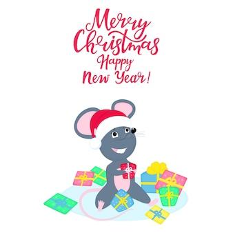Милая крыса или мышка в шапке деда мороза сидит в куче подарков. забавный мультяшный улыбающийся мышей.