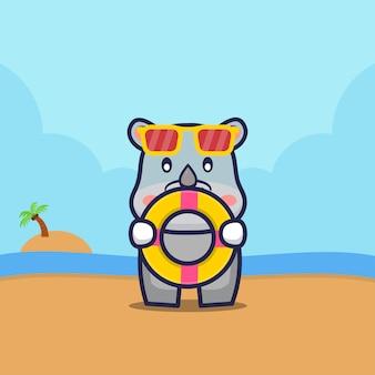 Симпатичный носорог держит кольцо для плавания на пляже