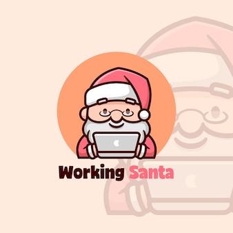 그의 노트북에서 작업하는 동안 귀여운 산타 미소
