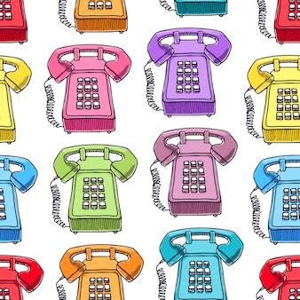 Симпатичные бесшовные модели разноцветных старинных телефонов.