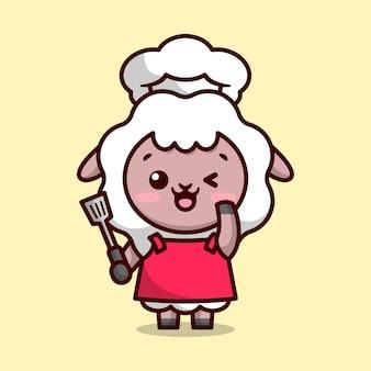 빨간 앞치마를 입은 귀여운 양 요리사가 웃고 있고 주걱 만화 마스코트 디자인을 가져오고 있습니다.