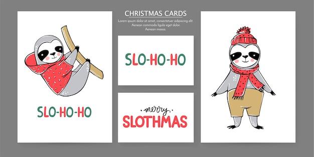 귀여운 나무 늘보, 메리 크리스마스 카드 컬렉션. 겨울 휴가를위한 재미있는 삽화. 게으른 나무 늘보 곰과 글자 비문 낙서. 새해 복 많이 받으세요 그리고 크리스마스 동물 세트.