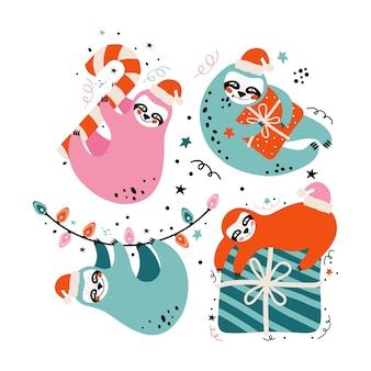 ギフト、キャンディー、お祭りの要素を持つサンタ帽子のかわいいナマケモノ。メリークリスマスと新年あけましておめでとうございますカード
