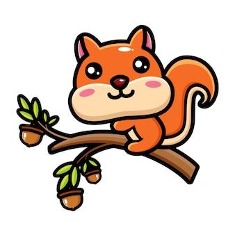 Милая белка забирается на дерево