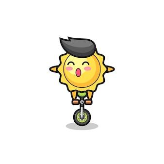 ピザを食べるかわいい太陽の漫画かわいい太陽のキャラクターはサーカスの自転車に乗っています、tシャツ、ステッカー、ロゴ要素のかわいいスタイルのデザイン