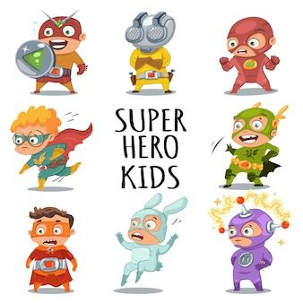 カラフルな衣装を着たかわいいスーパーヒーローの子供たち。ベクトル漫画の文字セットは、白い背景で隔離。