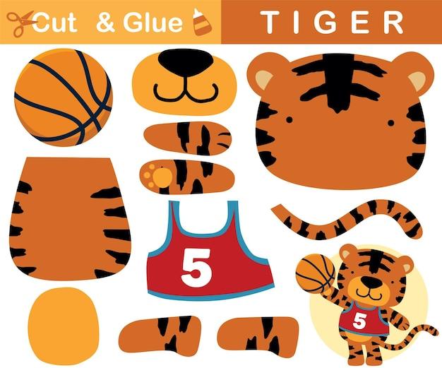 Милый тигр играет в баскетбол. развивающая бумажная игра для детей. вырезка и склейка. иллюстрации шаржа