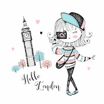 Милая туристическая девушка с фотоаппаратом в лондоне.