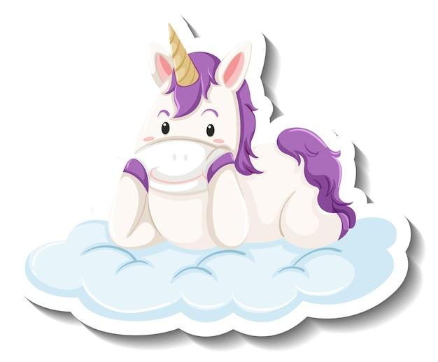 Simpatico unicorno sdraiato sulla nuvola su sfondo bianco