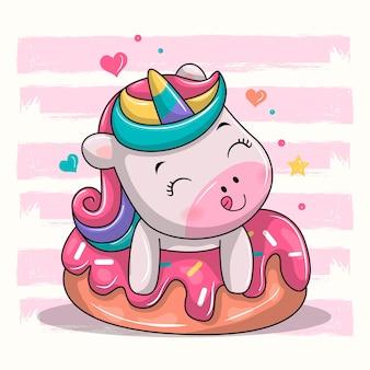 Милый единорог сидит на десертной иллюстрации шаржа