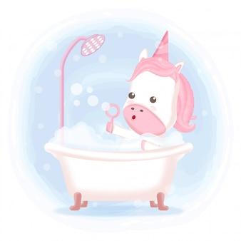 Милый единорог, принимая ванну в ванне рисованной иллюстрации