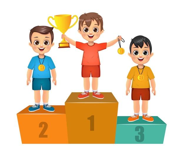 연단에 서있는 귀여운 우승자 어린이. 외딴