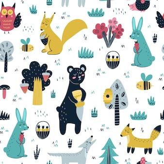 かわいい森の動物のシームレスなパターン。クマ、キツネリス、リス、オオカミ、ウサギ、ハリネズミ、フクロウ、ハチのいる森。スカンジナビアデザイン。