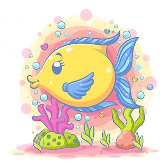Милая желтая лунная рыба-идол играет под синим морем
