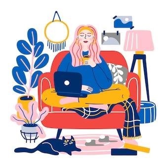 コンピューターと快適なソファーに座っていて、在宅勤務のかわいい若い女性。在宅勤務。フリーランス、オンライン教育。フラット漫画イラスト。