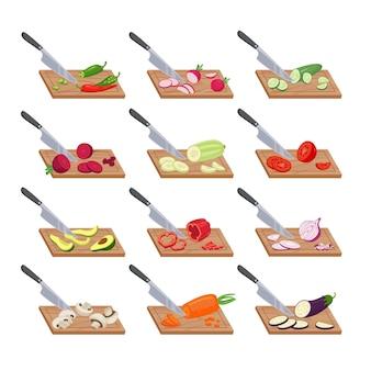 Резка овощей на кухонной доске. нож нарезает спелые перцы и авокадо ломтиками, тонкие ломтики аппетитных помидоров и витаминно-вегетарианские салаты из баклажанов. шаблон вектора здоровья.
