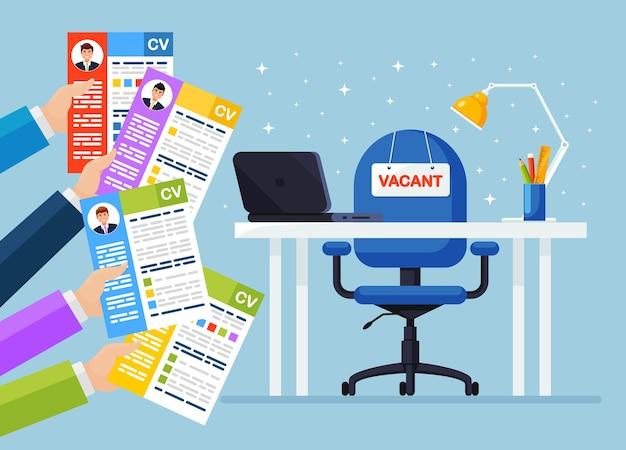 Cv бизнес резюме в руке над офисным стулом. собеседование, подбор персонала, поиск работодателя, найм