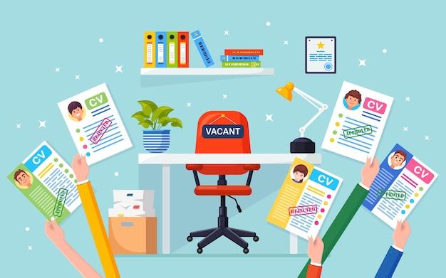 Cv бизнес резюме в руке над офисным стулом. подбор персонала, поиск работодателя, найм. свободное место