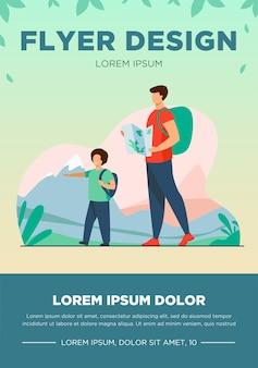屋外を歩いているバックパックを持つお父さんと息子。山のフラットベクトルイラストで地図トレッキングと観光客。休暇、家族旅行、バナーのハイキングコンセプト、ウェブサイトのデザインまたはランディングウェブページ