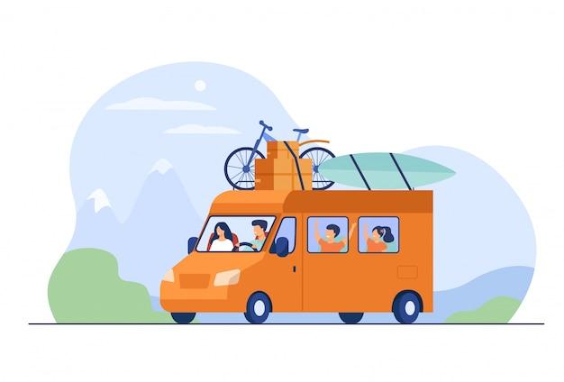 キャンピングカーで旅行するお父さん、お母さんと子供たち