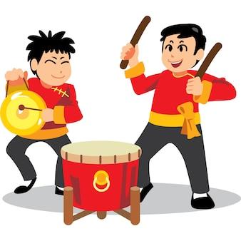 白い背景の上の中国の旧正月のdance子舞、中国の伝統的な衣装で幸せなバンド。