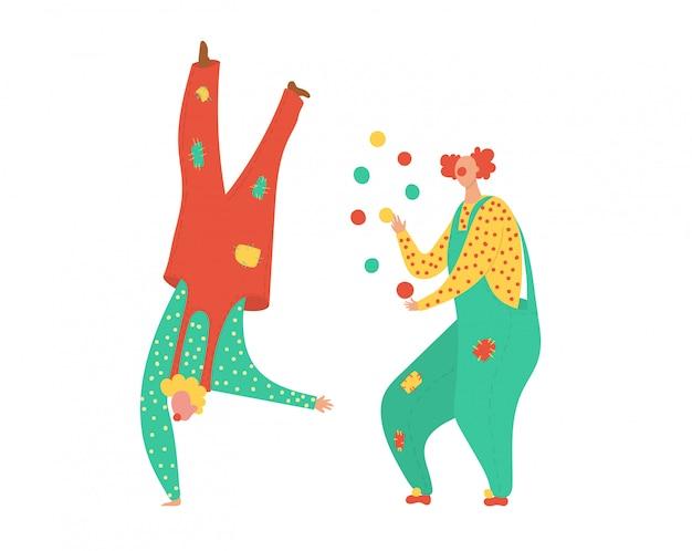 パーティーのピエロを踊る楽しい衣装と幸せなお祝いと白い図に分離されたカーニバルのサーカスの人々の休日。