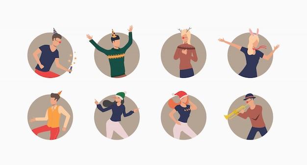 Танцующие люди в праздничных шапках устанавливают знамя