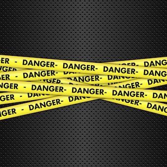 金属製の背景上の危険テープ