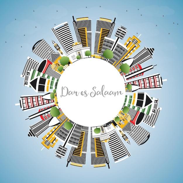 ダルエスサラームタンザニアの街並み、色とりどりの建物、青い空、コピースペース。ベクトルイラスト。近代建築とビジネス旅行と観光の概念。