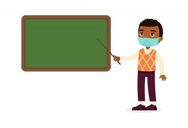 黒板フラットイラスト近くに立っている彼の顔に防護マスクを持つ褐色肌の男性教師。呼吸器ウイルス保護、アレルギーの概念。