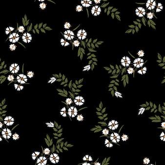 어두운 여름 유행 흰색 부는 데이지 꽃 패턴 초원 꽃입니다. 야생 식물 모티프가 무작위로 흩어져 있습니다. 매끄러운 질감. 블랙에 손으로 그린 스타일의 패션 인쇄용