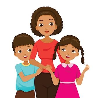 娘と息子が母親を抱き締め、暗い肌の家族が一緒に幸せ
